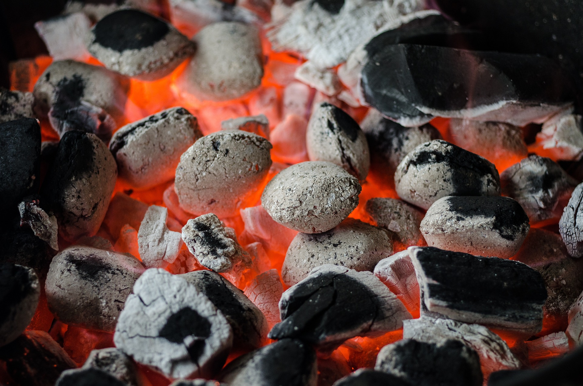 Wer Holzkohle kaufen möchte, sollte darauf achten, dass diese wenig Kohleabrieb hat.